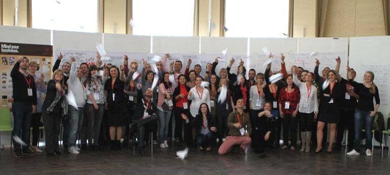 A Café CAN meeting résztvevői a jövő üzeneteit hordozó papírrepülőkkel